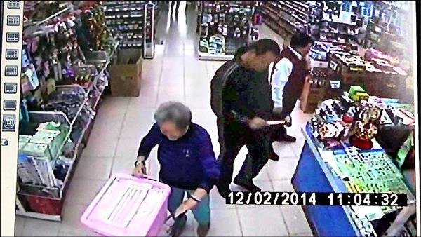 劉嫌案發前一天到五金行購買鐵鎚,被監視器拍下。(資料照,記者葛祐豪翻攝)