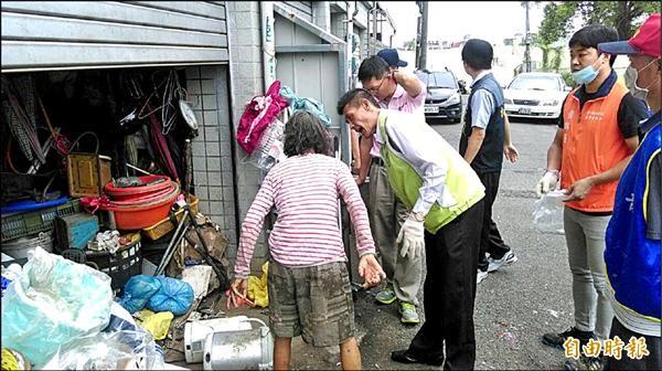 車庫一打開滿滿都是回收物品,相當髒亂。(記者葉永騫攝))