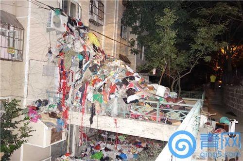 中國山東青島一名83歲老翁拾荒成癮,日前終於同意清理,初步統計,其屋內雜物總重量超過20噸,足足有2層樓高!(圖取自青網)