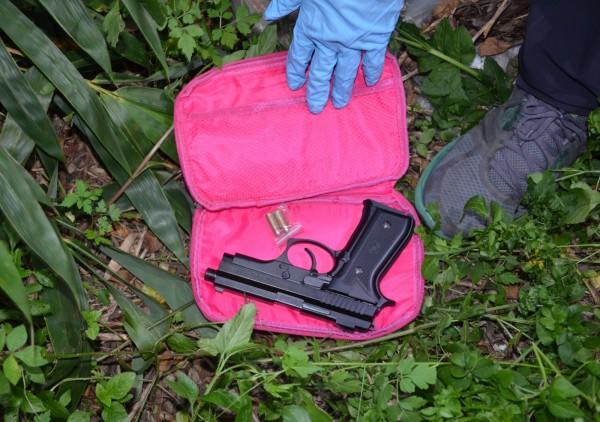 林姓通緝犯遇警上門,情急下將1把改造手槍和2顆子彈丟到屋後草叢。(記者陳建志翻攝)
