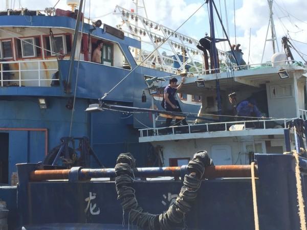 海巡人員查扣「閩龍漁61895」漁船。(基隆海巡隊提供)