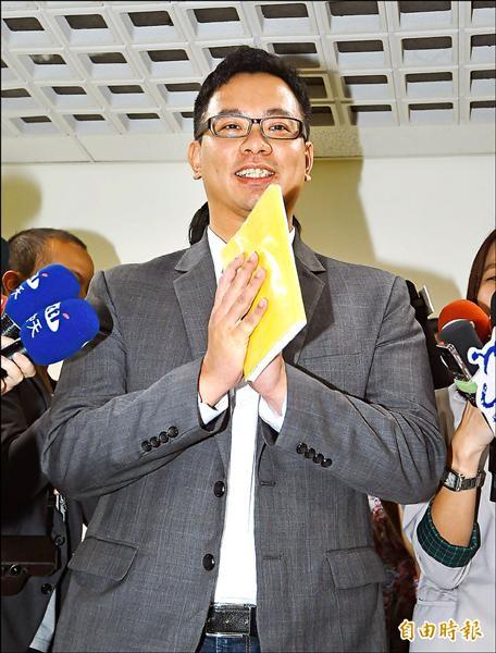 台北市長柯文哲10日應邀出席議會民進黨黨團大會,悠遊卡公司董事長戴季全(圖)也一同前往,並接受媒體記者採訪。(記者方賓照攝)