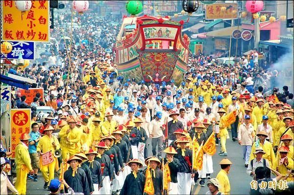 東隆宮三年一科的「迎王平安祭典」是東港重要慶典。(資料照,記者李立法攝)