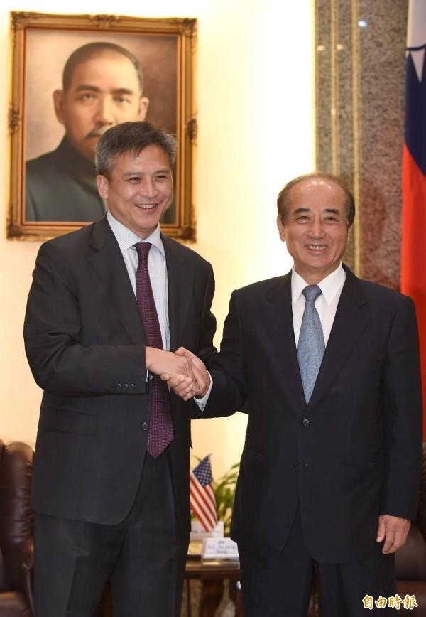 美國在台協會新任處長梅健華(左)11日拜會立法院長王金平(右),兩人握手致意。(記者劉信德攝)