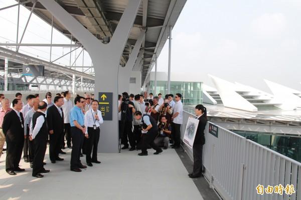總統馬英九赴高鐵彰化站視察,了解月台通車環境,與屋頂的太陽能板。(記者陳冠備攝)