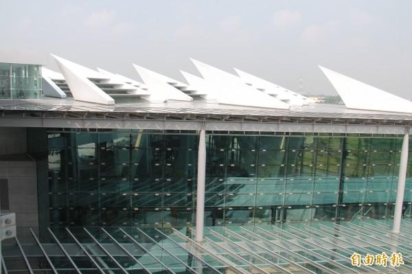 高鐵彰化站頂樓有太陽能設施。(記者陳冠備攝)