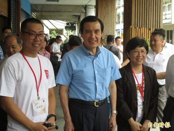 馬英九(中)總統到竹山鎮參訪小鎮文創,由文創品牌業者何培鈞(左)帶領解說。(記者劉濱銓攝)