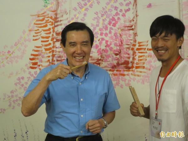 馬英九對於文創商品竹牙刷感到相當有興趣,拿到手上還忍不住把玩一番。(記者劉濱銓攝)