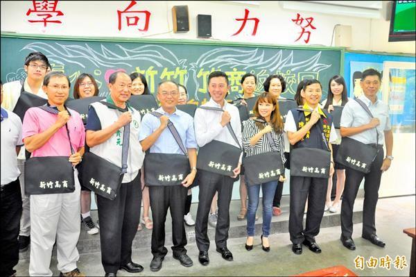 「真心愛新竹,竹商返校日」活動行銷新竹市,昨天在電影《我的少女時代》重要拍攝場景新竹高商宣傳。(記者傅潮標攝)