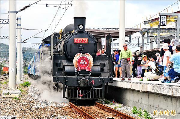 東線鐵路昔日行駛蒸汽火車,這兩年在台鐵支持下於暑假期間復駛。(記者花孟璟攝)