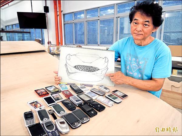 林世寶要用2萬4千支舊手機組裝裝置藝術作品「F1綠能賽車」。(記者翁聿煌攝)