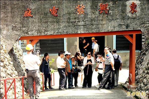 立委田秋菫(右四)推動達魯瑪克部落成為百分百綠能社區。(記者張存薇攝)