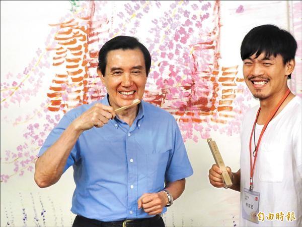 馬英九總統昨到南投縣竹山鎮參訪文創品牌「小鎮文創」,對青創家林家宏開發的文創商品竹牙刷相當有興趣,還忍不住把玩一番。(記者劉濱銓攝)