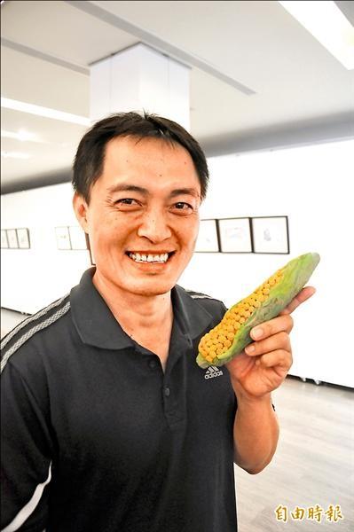 目前是國小校長的溫上德拿著30年前讀國中時創作的紙黏土玉米,少年回憶湧上心頭。(記者黃明堂攝)