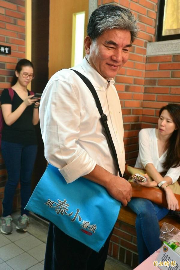 親民黨今早發表宋楚瑜的銀髮政策,前內政部長李鴻源背著一個「別泰小看我」的書包引起注目。(記者王藝菘攝)