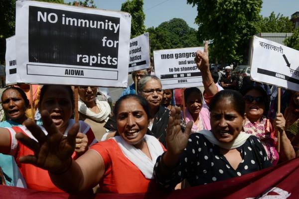兩名尼泊爾女傭遭沙國外交官囚禁並強姦,圖為9月10日阿拉伯駐印度大使館外抗議活動。(美聯社)