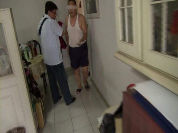 保險公司黃姓經理(右)監守自盜,詐稱罹癌化療沒掉髮露餡。(記者黃良傑翻攝)