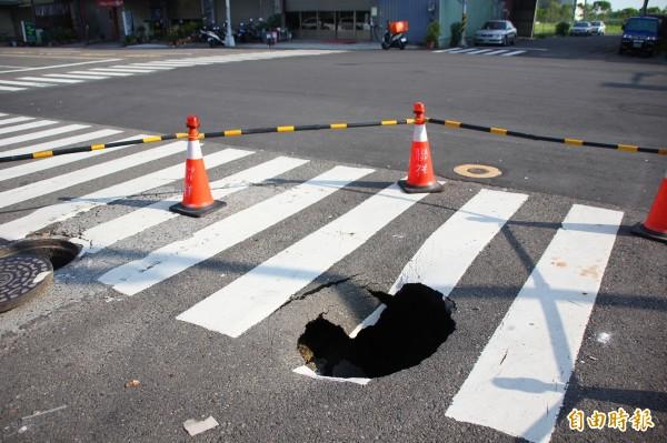 朴子市太保五路與祥和三路交叉口的斑馬線,突然塌陷。(記者林宜樟攝)