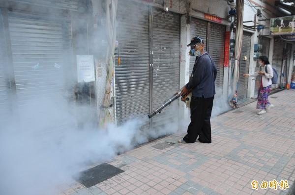 新營第一、第二市場今天起強制休市兩天,全面噴藥滅蚊消毒。(記者楊金城攝)