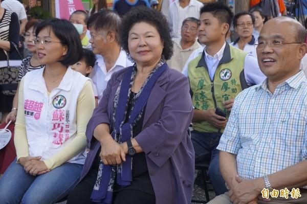 高雄市長陳菊(中)表示,高雄市民賦予她很多期待,假設性的問題她不用答覆。(記者張安蕎攝)