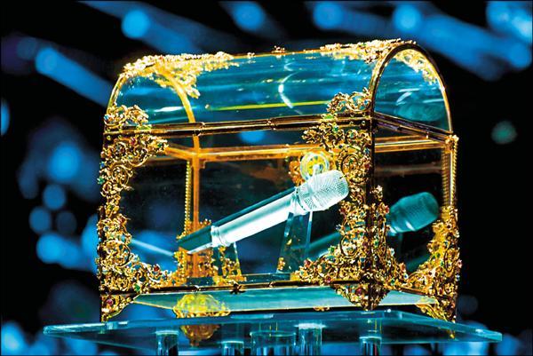 江蕙最終場演唱會,將麥克風鎖進水晶珠寶盒,正式封麥。(寬宏提供)