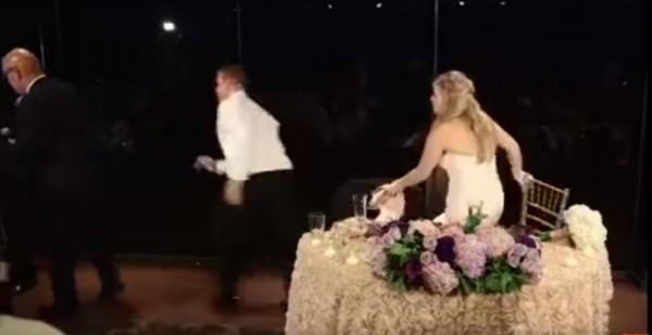 寇迪(中)在結婚時賓客噎到,他立刻起身去救援。(圖擷取自影片)