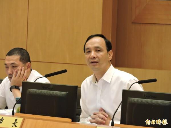 高雄一卡通九月起進駐大台北,新北市長朱立倫說:「台灣還需要這麼多卡嗎?」他認為把所有服務整合在手機裡,就是最好的一卡通。(記者賴筱桐攝)