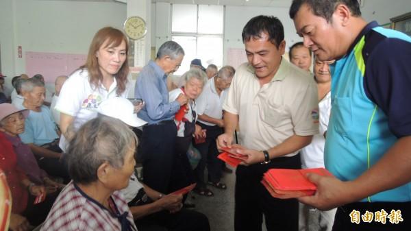 屏東縣高樹鄉發放老人津貼,老人笑呵呵。(記者羅欣貞攝)