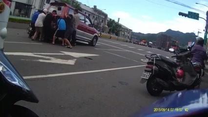 近10位熱心路人合力抬起車尾救人。(記者余衡翻攝自爆料公社)