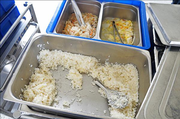 副縣長徐祥明當天前往視察午餐拍下的照片,顯示飯後「還有很多剩菜」。(花蓮縣政府提供)