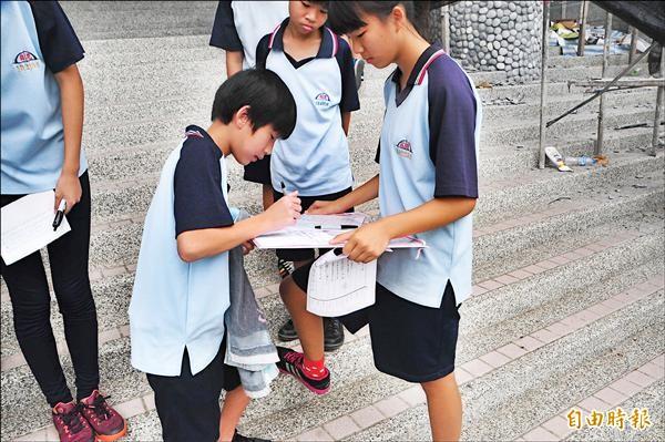 花崗國中百餘學生連署「留下鐵木老師」。(記者花孟璟攝)