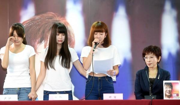 國民黨總統參選人洪秀柱15日出席「挺柱女孩加油見面會」,向拍攝挺柱月曆遭網路霸凌的女生加油打氣。(記者方賓照攝)