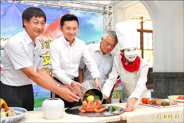 魚鱻產業文化節十九日登場,市府與新竹區漁會昨天為活動宣傳。(記者傅潮標攝)