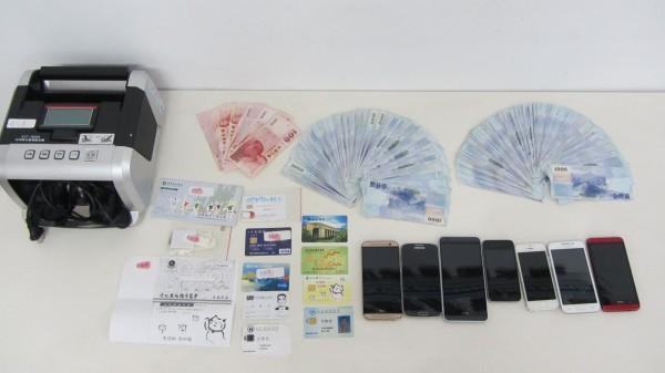 警方查扣詐騙集團手機、贓款、提款卡及點鈔機等證物。(記者李忠憲翻攝)