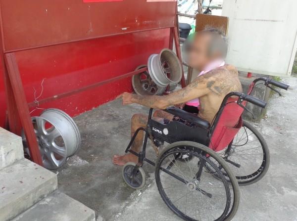 林姓慣竊坐輪椅都能偷走重達10餘公斤的汽車輪胎鋼圈。(記者鄭旭凱翻攝)