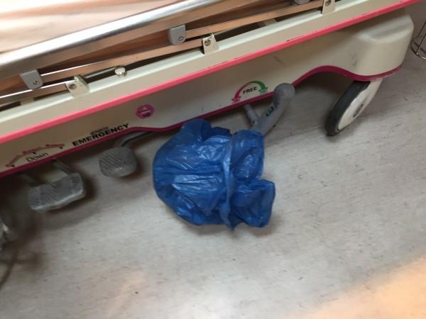 小女嬰被發現時,就是被裝在藍色塑膠袋中。(記者林孟婷翻攝)