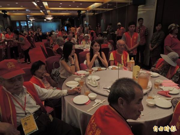 餐會席開多桌,邀請多位長者前來享用美食。(記者林孟婷攝)
