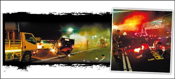 北市忠孝橋上發生自小客車自撞意外,駕駛及乘客3人遭拋出車外,當場造成1死1重傷1輕傷,消防救護員將傷者送醫。(記者陳恩惠翻攝)