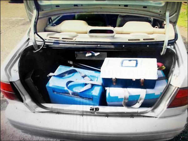 車子載著兩箱魚貨。(記者吳政峰翻攝)