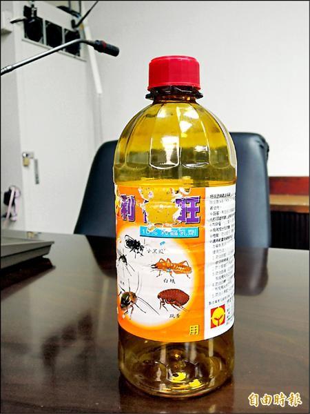 台南市議員林阳乙踢爆環保局發過期藥。(記者洪瑞琴攝)