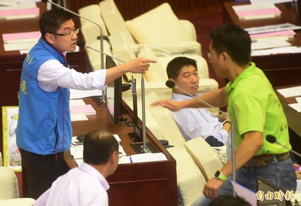 台北市議員徐弘庭(左)酸台北市長柯文哲,和悠遊卡董事長戴季全有「特殊性關係」,民進黨籍市議員童仲彥(右)氣憤上前理論。(記者簡榮豐攝)