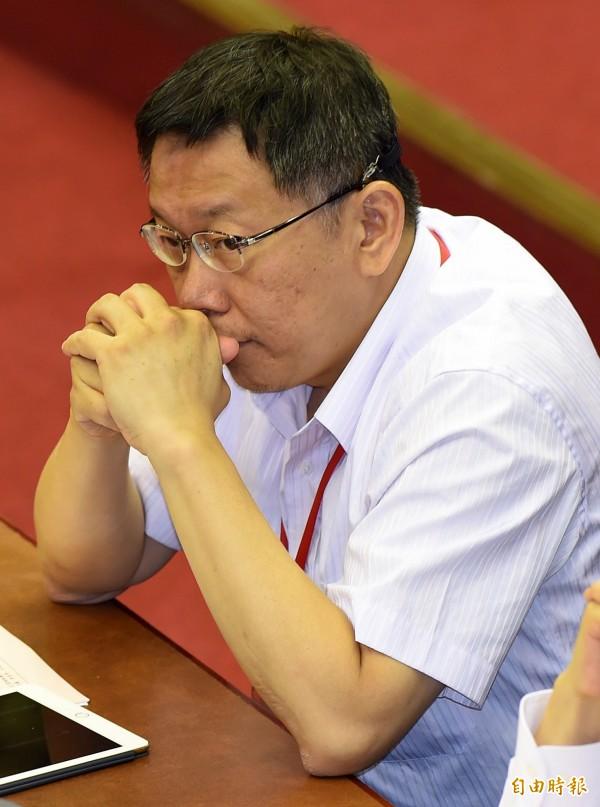台北市長柯文哲16日赴市議會施政報告,議員仍繞著波卡議題打轉,柯文哲相當無奈。後來更遭言語攻擊,憤而離席。(記者簡榮豐攝)