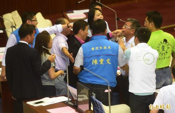 台北市長柯文哲今在市議會接受質詢時,遭國民黨市議員徐弘庭諷刺,藍綠議員當場爆發衝突。(記者簡榮豐攝)