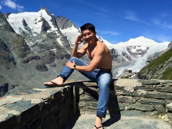 童仲彥臉書貼出他在高山裸露上半身的肌肉照。(圖截自童仲彥臉書)