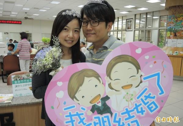 5月20日因諧音「我愛你」,最多新人選擇,圖為公務員林伯釗(右)和簡筱帆(左)選在520「我愛妳」這天到新營戶政所辦理登記結婚,喜氣洋洋。(資料照,記者楊金城攝)