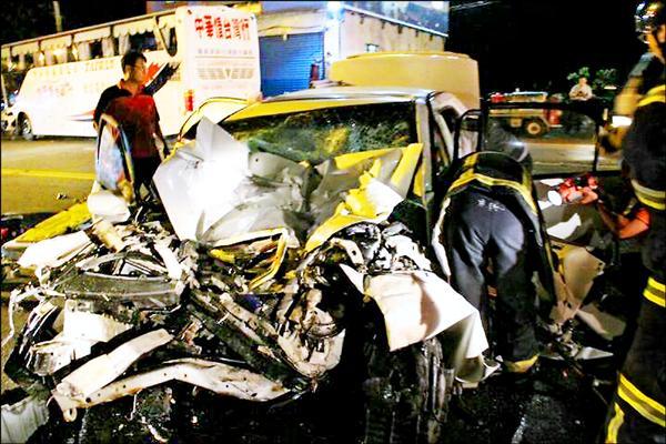肇事自小客車宛如一團廢鐵,周姓駕駛被救出已無生命跡象。(記者陳賢義翻攝)