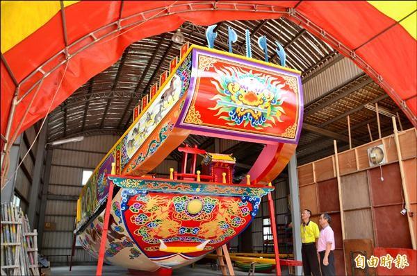 仁壽宮建醮祭典的王船已完工,各界矚目。(記者吳俊鋒攝)