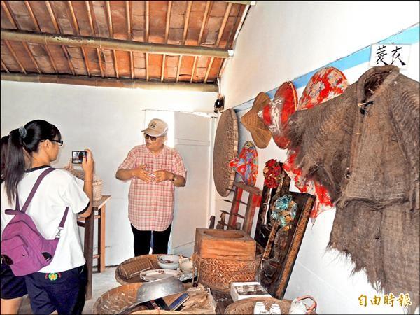 學子參訪嘉北里內的「文化柑仔店」,透過參訪瞭解地方歷史,並採用訪問方式記錄社區的文化發展。(記者林孟婷攝)