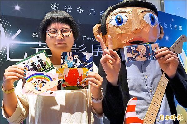 第五屆光芒影展將從10月2日起在台南國賓影城開展,由插畫家Raimochi手繪限量電影套卡。(記者黃文鍠攝)