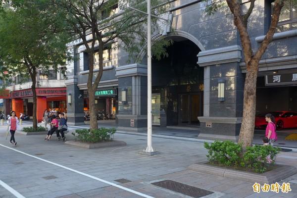 蔡政宏日前在中華路這處人行道上遭黑衣人毆打。(記者王冠仁攝)
